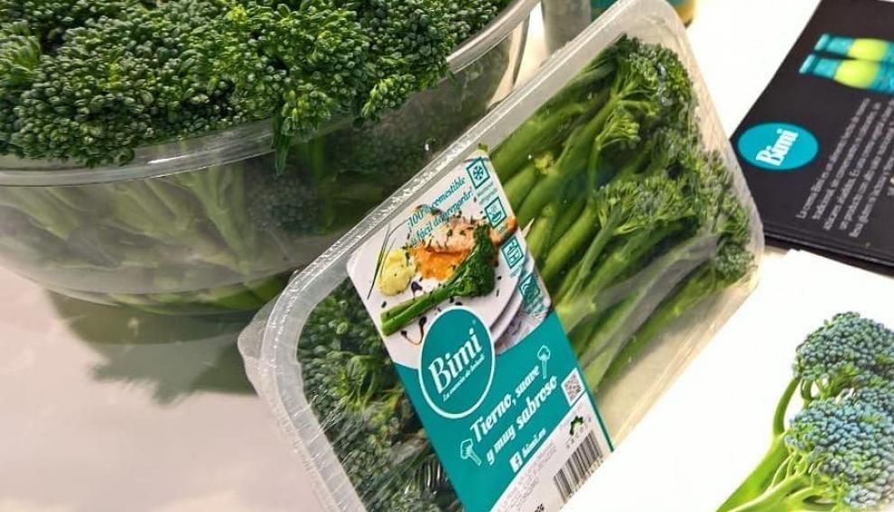 El bimi tiene un tallo largo similar a un espárrago triguero y un ramillete como el del brócoli.