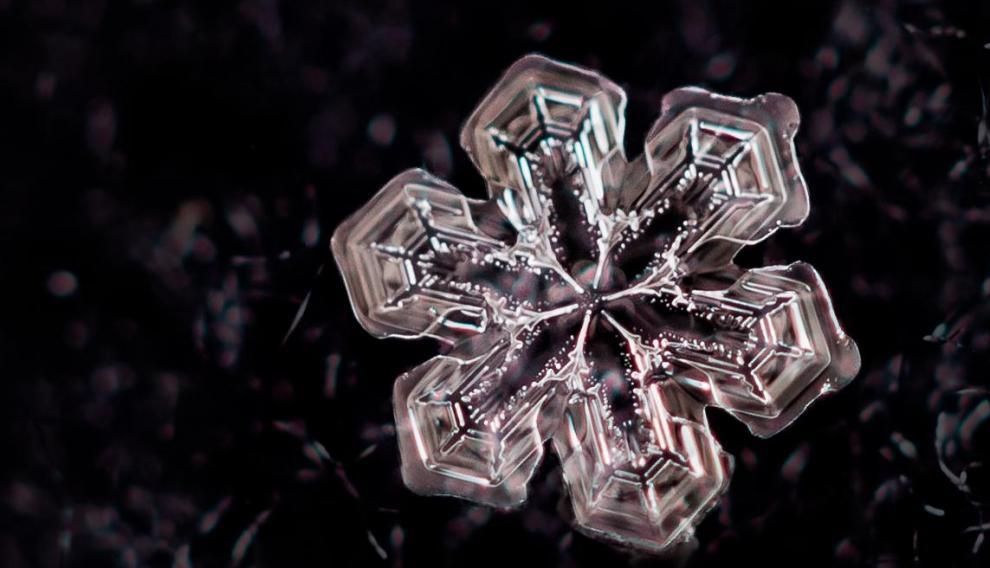 Cristal de nieve, fiel a su simetría hexagonal.