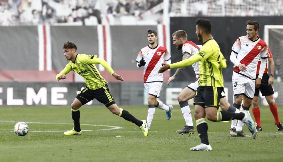 Puado (izda.) conduce el balón en un contragolpe junto a Luis Suárez, el pasado fin de semana en Madrid, cuando el nuevo delantero del Real Zaragoza se estrenó en el equipo frente al Rayo Vallecano.