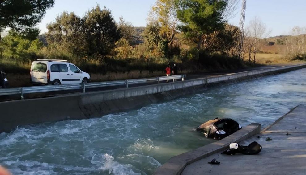 La parte delantera del coche quedó sumergida en el canal.