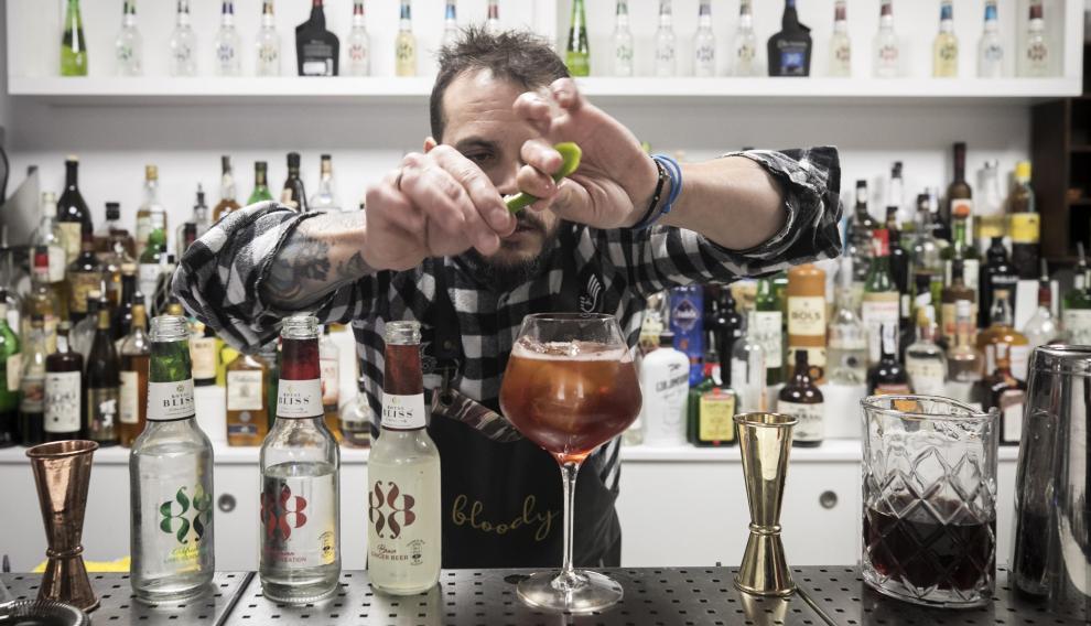 Jimmy Valios, preparando uno de los cócteles.