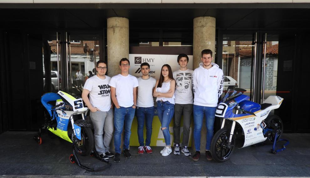 Los alumnos de la Escuela Universitaria Politécnica de La Almunia posan junto a las motocicletas diseñadas por sus predecesores para la V edición de la competición MotoStudent.