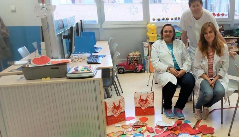 Los profesores del aula hospitalaria del Servet con los corazones que han confeccionado los alumnos.