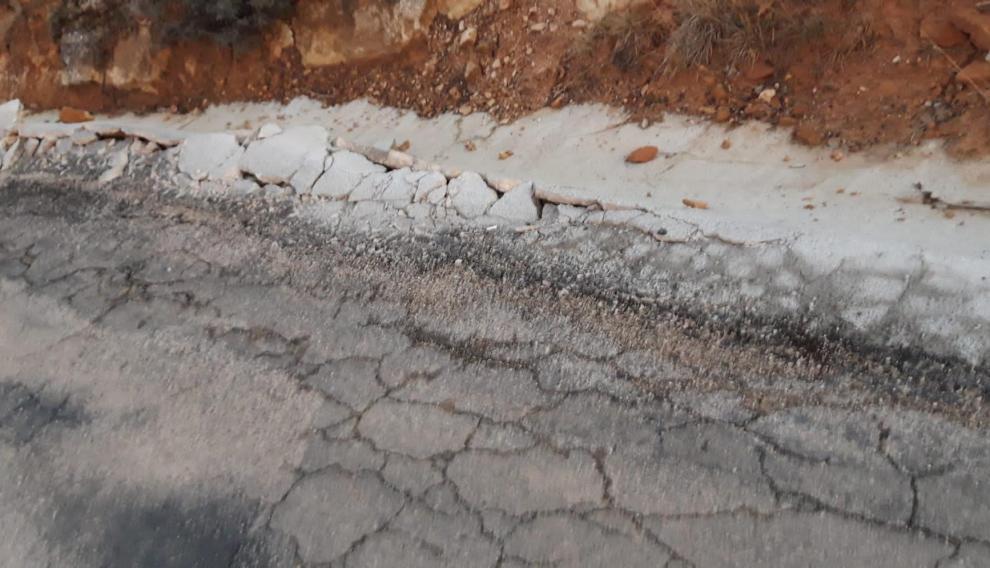 La carretera carece de señalizaciones en la calzada y el firme está muy estropeado.