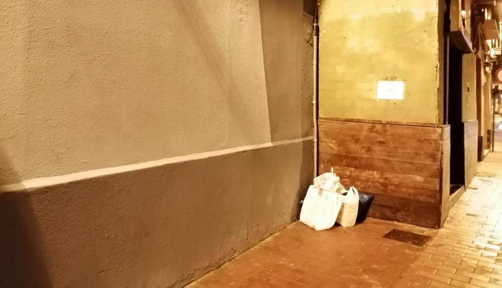 """""""El rincón más feo de Zaragoza"""" recién pintado, pero con basura."""