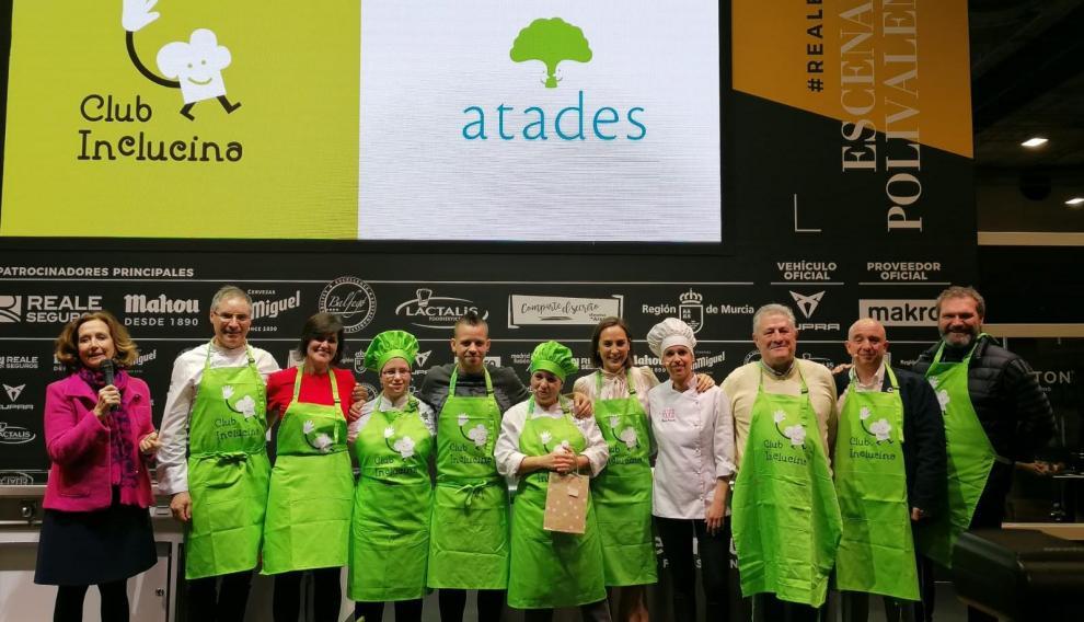 Todos los componentes del equipo de Atades, con los cocineros y responsables de Madrid Fusión.