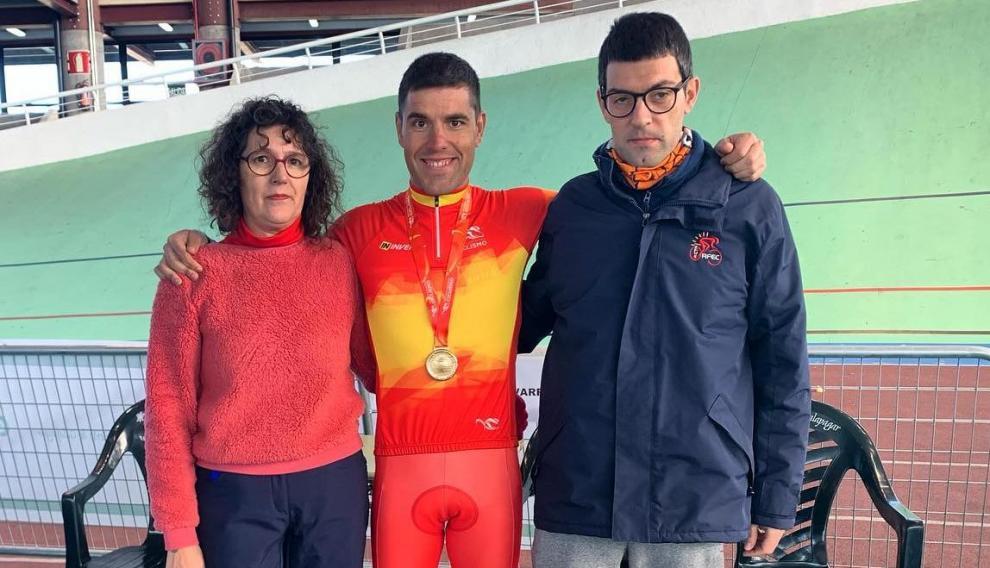El gran equipo humano que lleva a Eduardo Santas a cada victoria: con su madre Mercedes y su hermano Fernando en el Nacional de Galapaga