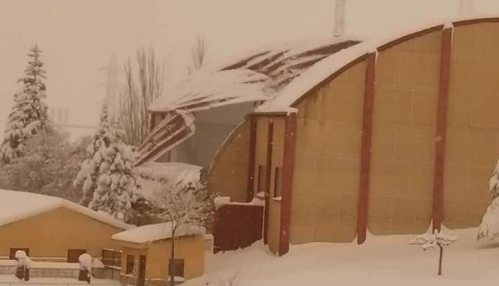 El polideportivo de Escucha, bajo la nieve.