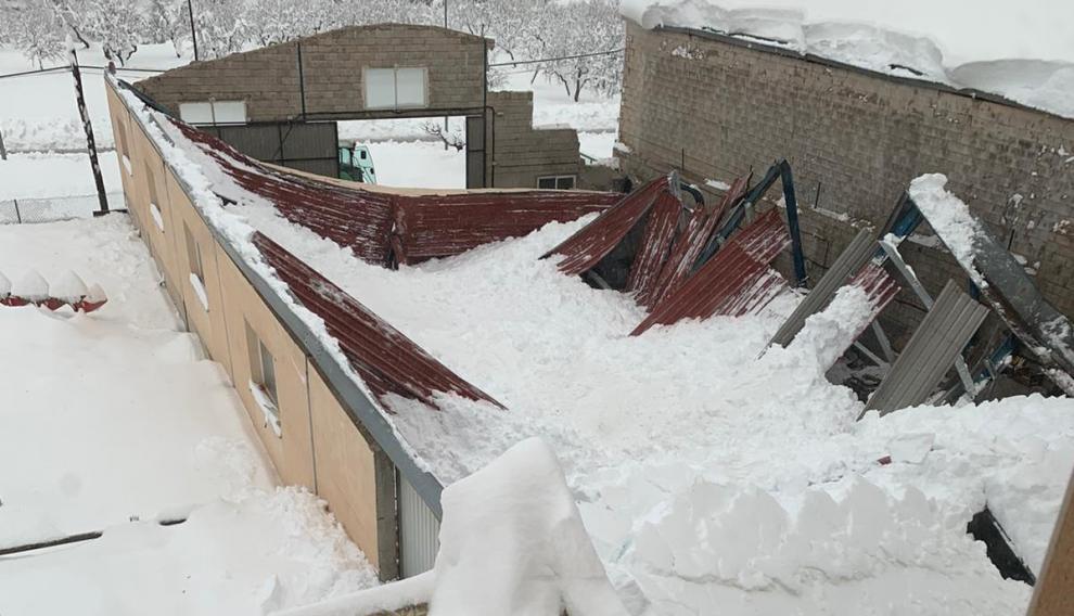 El tejado de una nave industrial de Fuentespalda, hundido por la nieve.