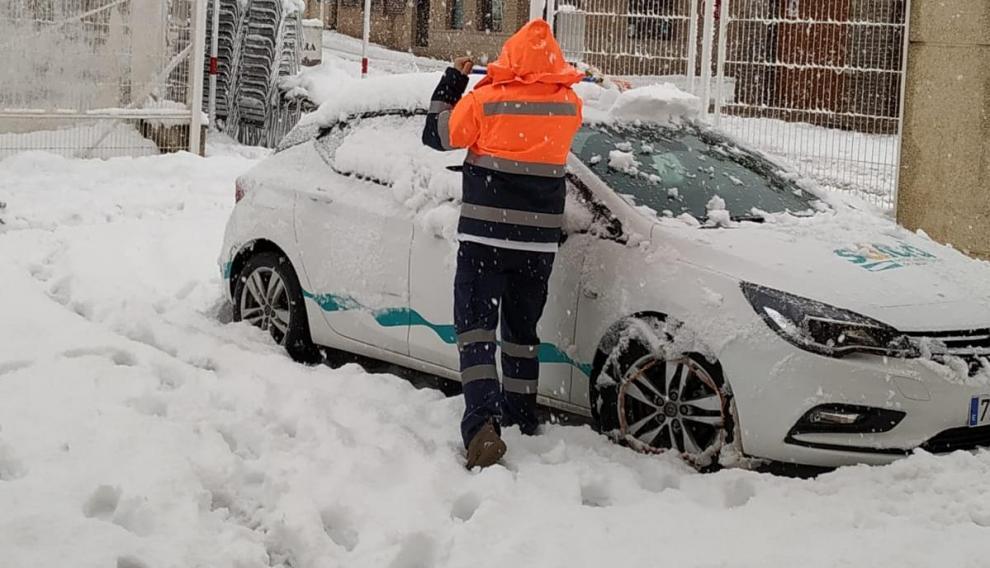 Silvia Rico, este lunes limpiando la nieve acumulada en el coche del centro de salud.