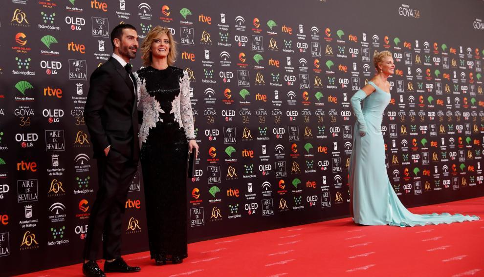 María Casao, con su acompañante, en primer término. Al fondo, Belén Rueda.