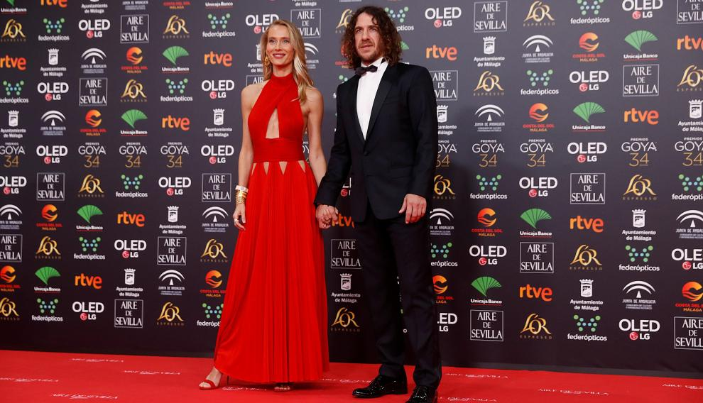 Vanesa Lorenzo, con un Givenchy antiguo, y Carles Puyol.