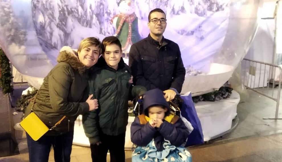 Mirella García junto a su familia, entre ellos Lizer, que acude al colegio de educación especial Alborada