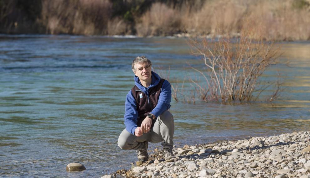 Gustavo Ortas, junto al río que hace de motor económico de Murillo de Gállego.