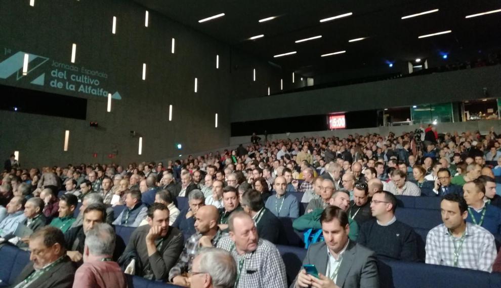 Más de un millar de asistentes han abarrotado el Palacio de Congresos para participar en la primera jornada española del cultivo de alfalfa.