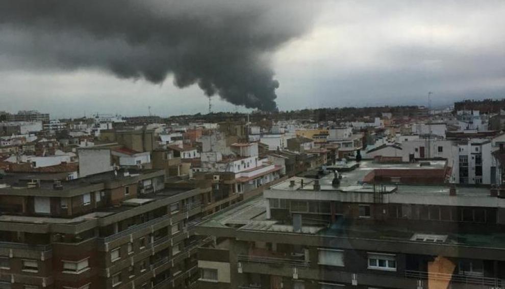 Un incendio en Zaragoza provoca una gran columna de humo