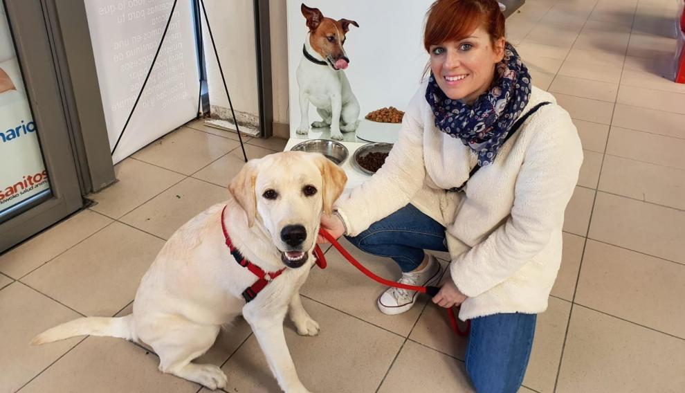 Ana Fustero, acompañada de su perra Habana