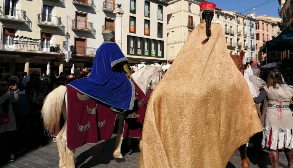 El matrimonio Azagra Segura pasea su amor por la plaza del Torico bajo la mirada de ese icono de la ciudad y de los más curiosos del lugar.