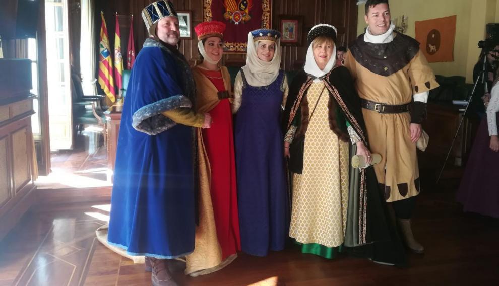 La pregonera, segunda por la derecha, junto a la alcaldesa, Emma buj, el concejal de fiestas, Javier Domingo, y los actores que dan vida a Isabel y Diego