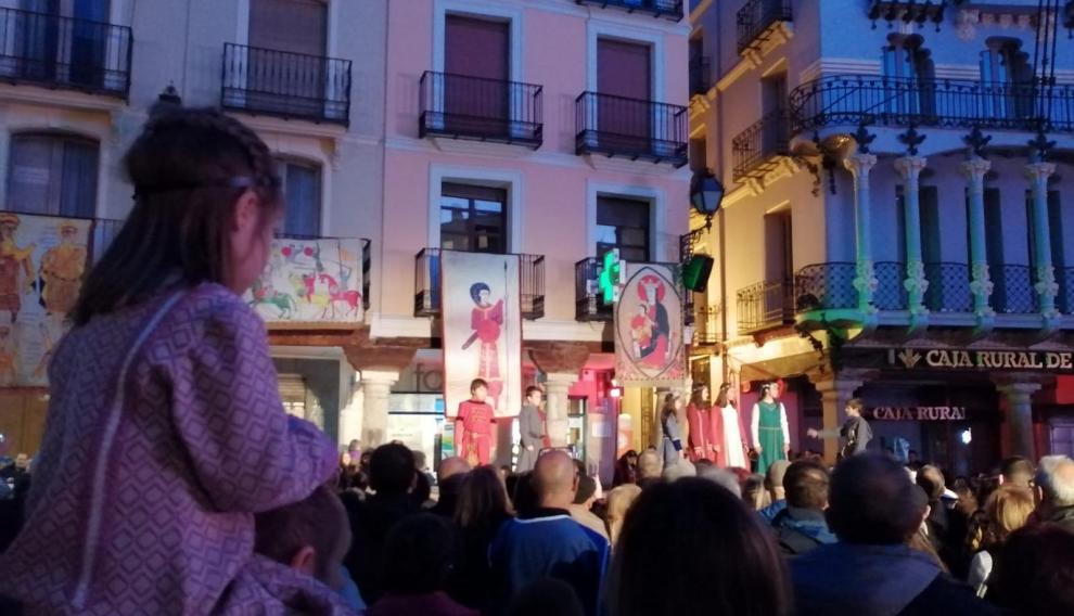 Las doncellas y donceles en la plaza del Torico.