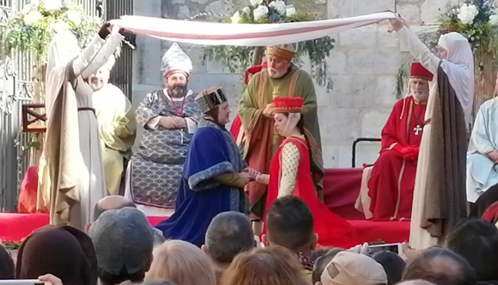 Marido y mujer son ya don Pedro y doña Isabel. Él irradia ilusión, sin embargo, en ella ninguna alegría florece.