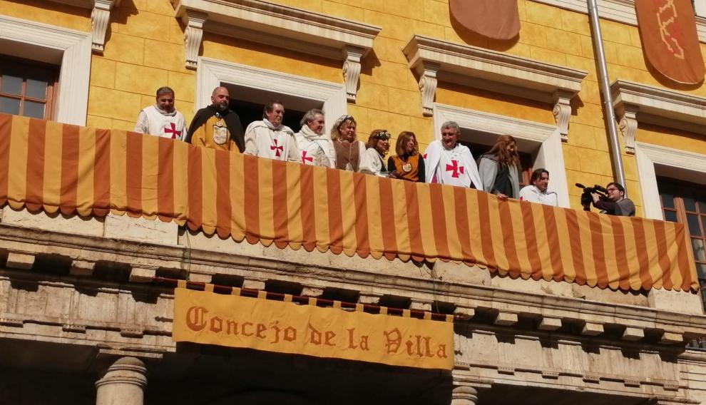 Los nuevos templarios en el balcón del Concejo de la Villa