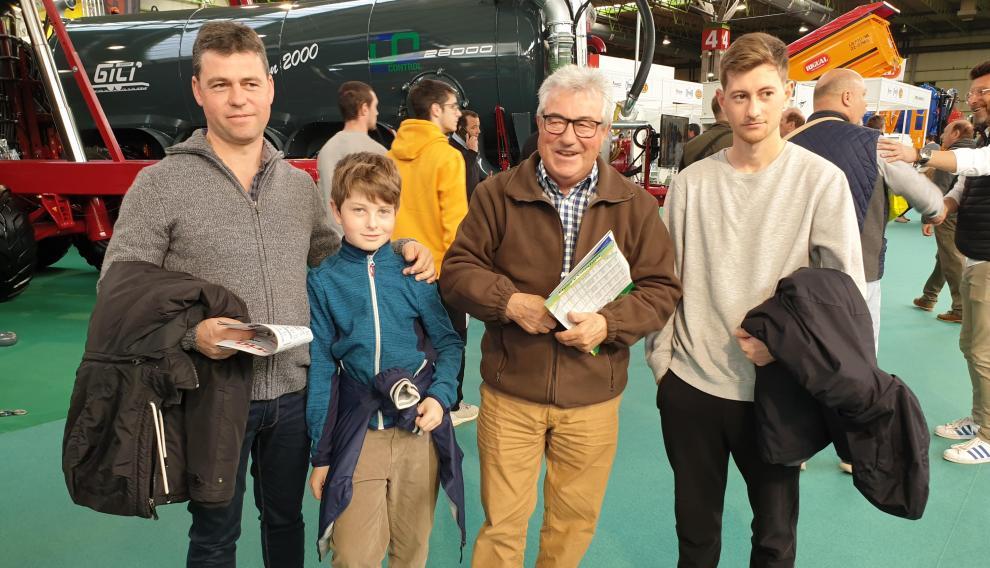 Ángel Galve (66), acompañado de su hijo Iván Galve (43) y de sus nietos, Iván (20) y Hugo (10). Tres generaciones de agricultores llegados desde Guadalajara.