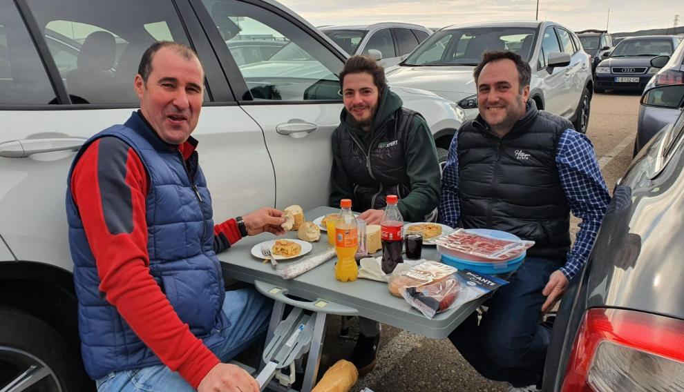 avier Llamosas, Ernesto Zulueta y Pedro Barreras, ganaderos dedicados al sector bovino recién llegados de Bilbao, todos los años montan su mesa.