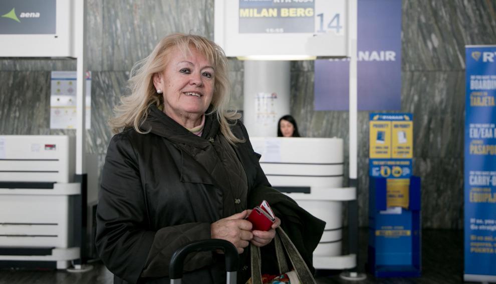 María Ángeles Sevilla antes de emprender su viaje a Milán, para ver a su hija y nietos.