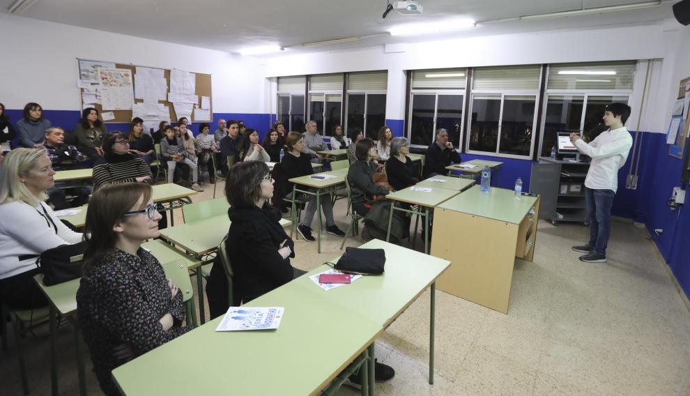 Los alumnos del Bachillerato Internacional del IES Lucas Mallada presentaron sus trabajos de investigación en la I Feria de Monografías.