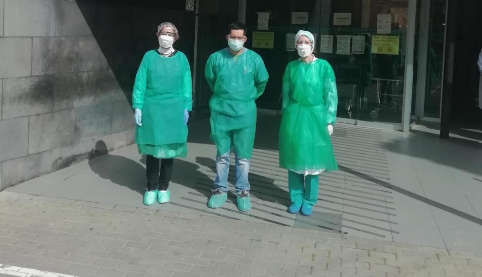 Algunos sanitarios del centro de salud con el EPI que han creado con bolsas de basura para protegerlos.