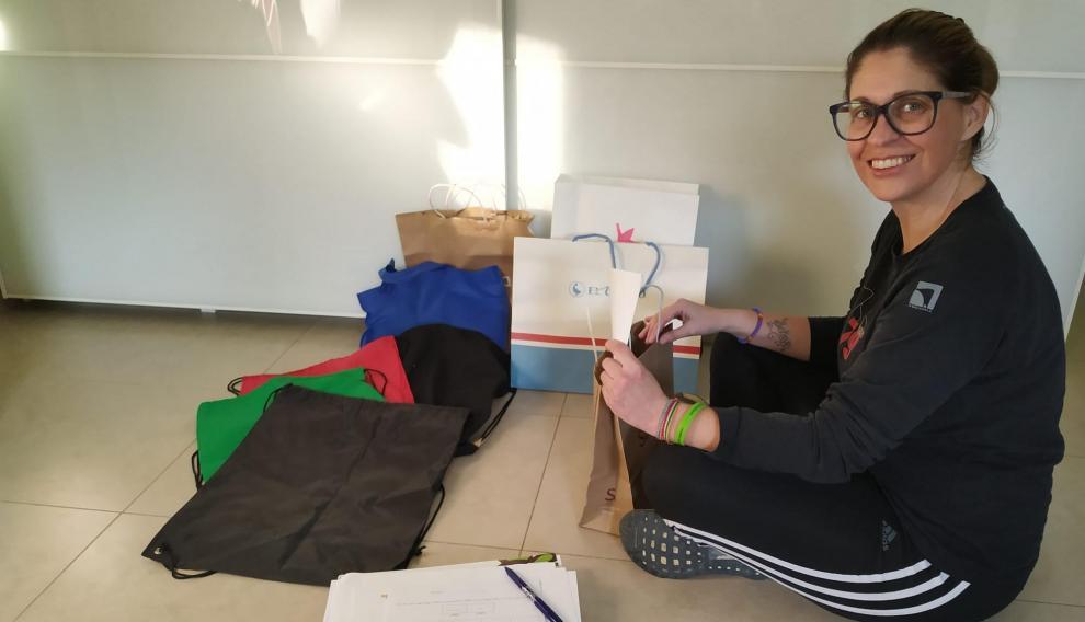 Esther Aguirán prepara las bolsas con los deberes de los niños de Fuentes de Ebro.