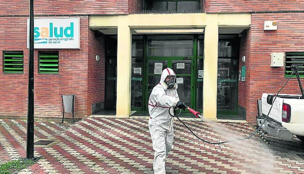 Un voluntario de Fumigalia, desinfectando.