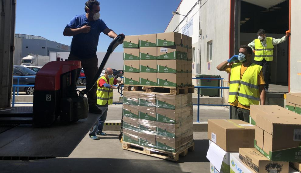 Una entidad beneficiaria recoge los alimentos