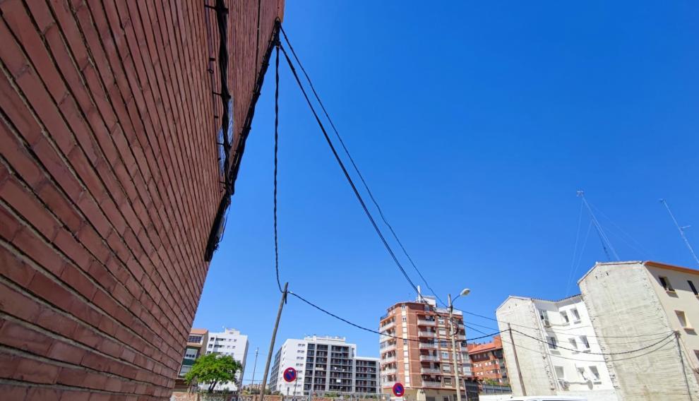 Cables en la calle de Paulino Savirón.