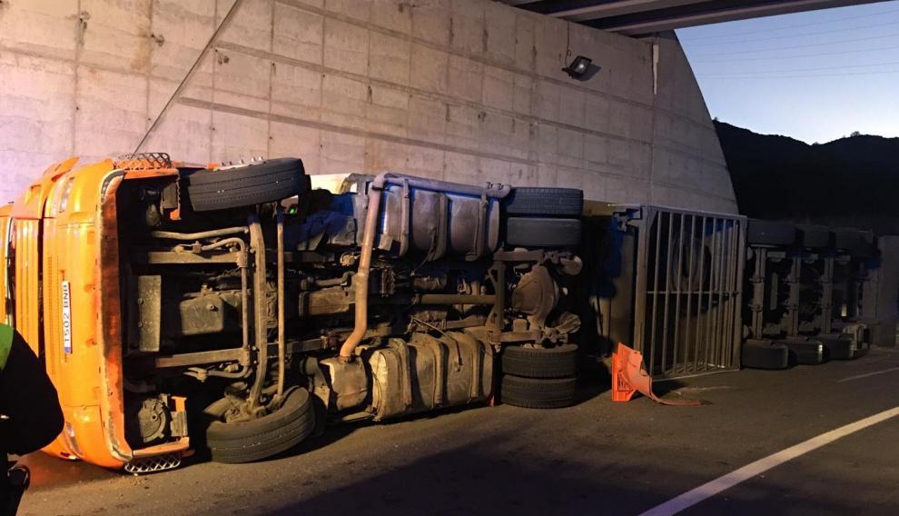 El camión volcado en la carretera.