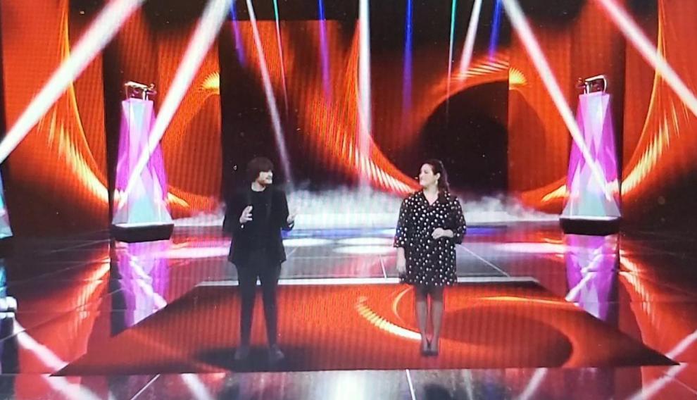 Los presentadores de la gala sobre el escenario virtual y en 3D sobre el que se realizó la gala.