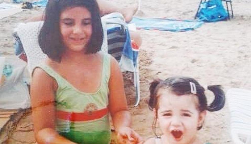 Laura con su hermana pequeña, en Salou en 2001.
