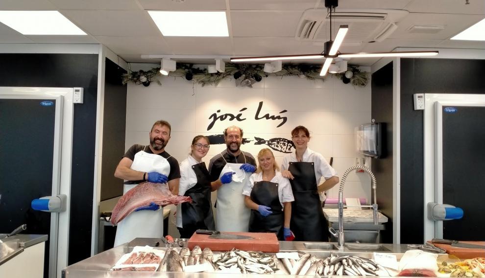 El equipo de Pescados José Luis, ubicado en el Mercado Central de Zaragoza.