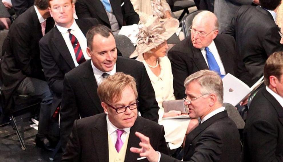 El cantante británico Sir Elton John y su marido se disponen a tomar asiento en Westminster