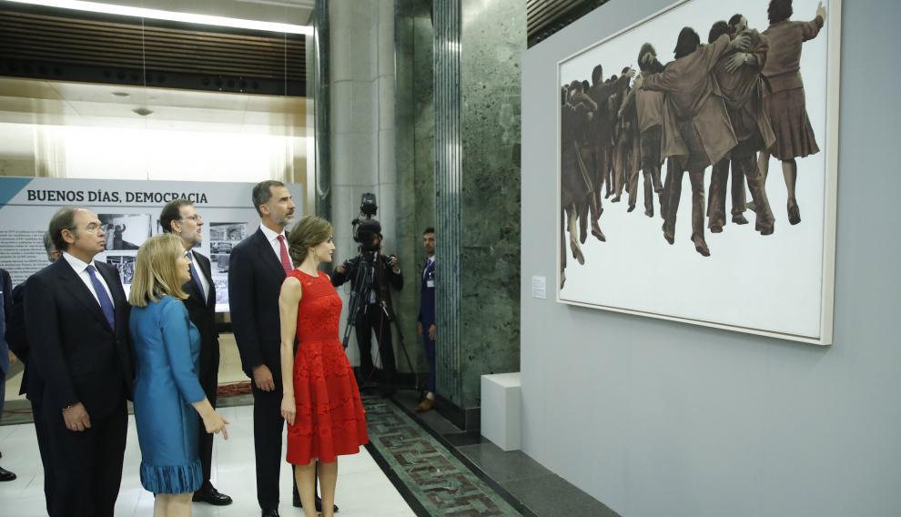 """Los Reyes observan el simbólico cuadro 'El abrazo', de Juan Genovés, en la exposición en el Congreso """"Habla pueblo, habla"""""""