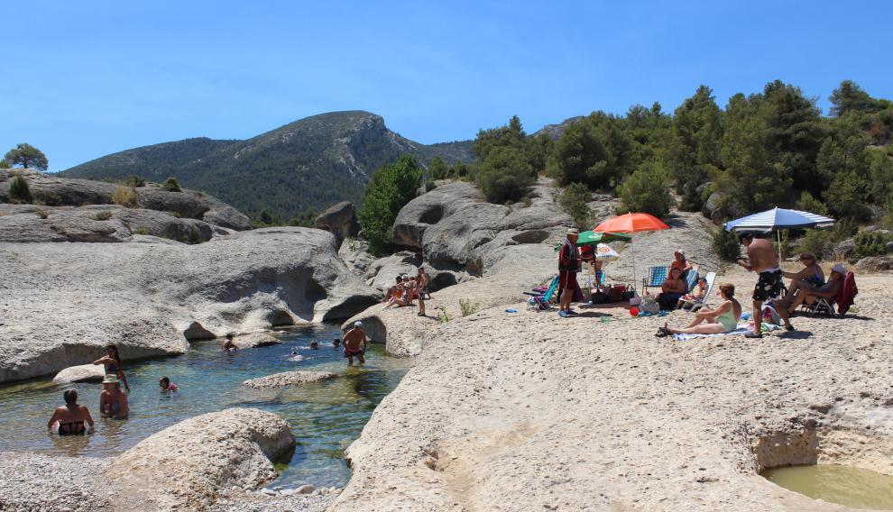 Miles de personas acuden cada verano a darse un baño en el río Bergantes en Aguaviva.