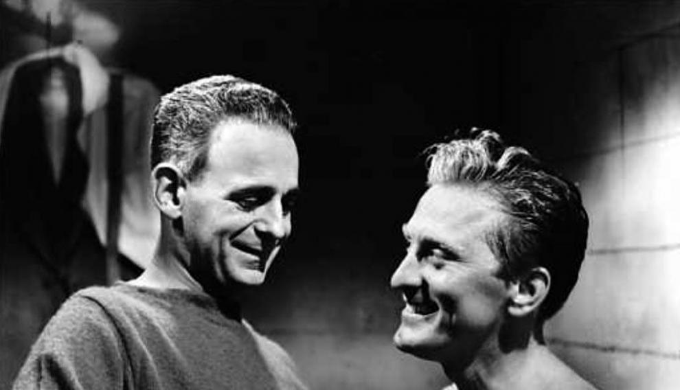 Fotograma de 'El ídolo de barro': Paul Stewart y Kirk Douglas.