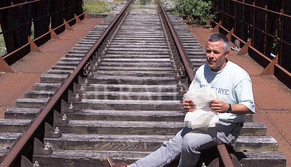 Jonathan Díaz, ciudadano francés y chófer de autobús de la línea Oloron-Canfranc, encontró los documentos de Canfranc sobre el tránsito de oro nazi desde Suiza a España y Portugal en la Segunda Guerra Mundial. Retrato de Jonathan Díaz el 7 de agosto de 2001
