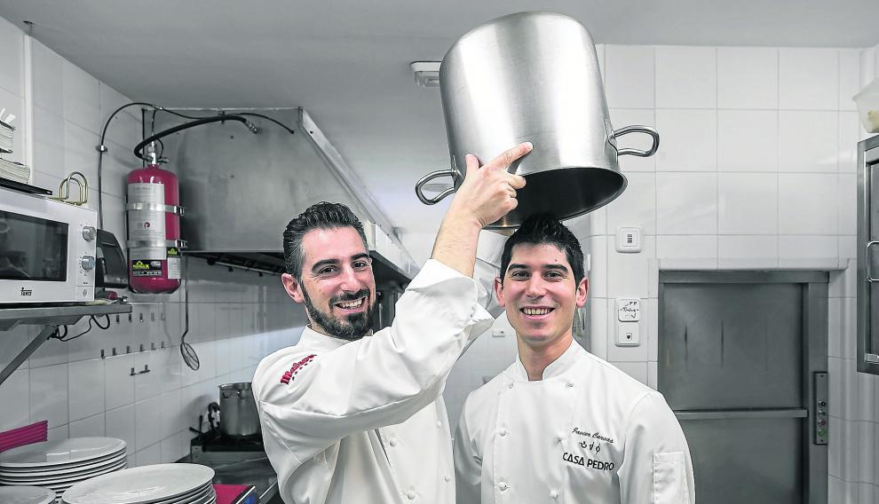 Luis Carcas –izqda.– bromea con su hermano Javier en las cocinas de Casa Pedro, su restaurante en Zaragoza.