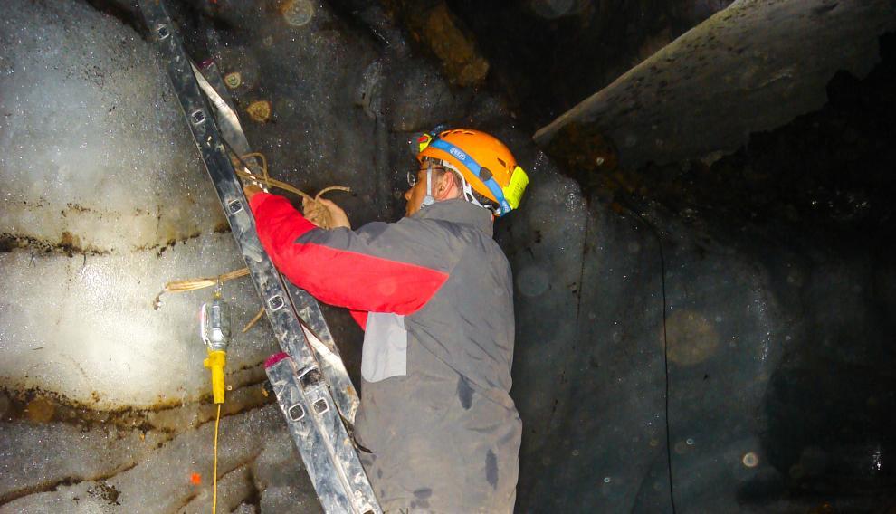 Muestreando un muro de hielo en una cueva pirenaica