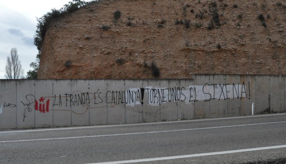 """Pintada en Cretas, entre Aragón y Cataluña, donde se puede leer: """"La Franja es Catalunya"""" y """"Devolvednos Sijena""""."""