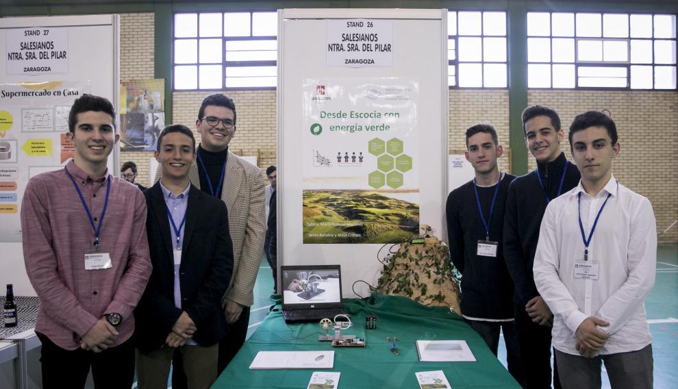 Equipo del proyecto 'Desde Escocia, con energía verde', junto a su maqueta
