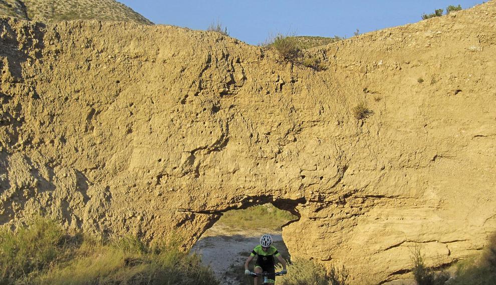 Arco natural en el barranco de los Fantasmas, que cruza el barranco de las Almunias.