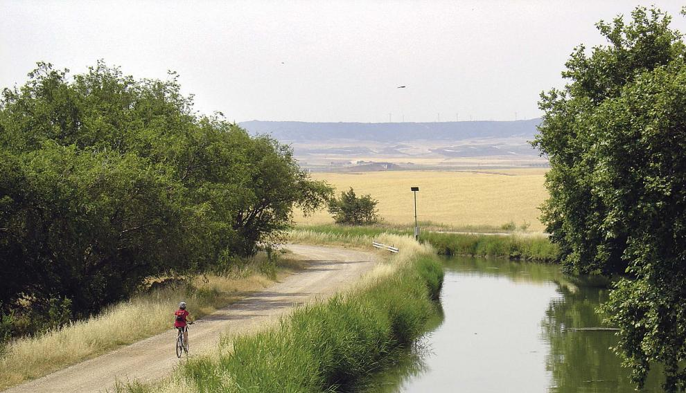 Pedaleando junto al canal Imperial de Aragón.